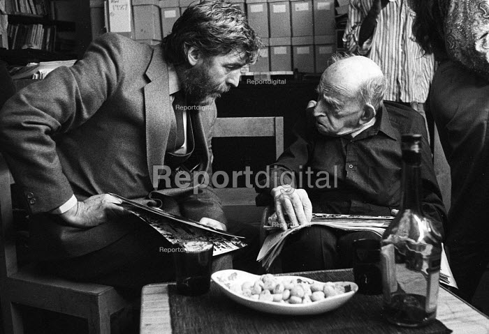 Don Ross, Editor of Labour Weekly, talking with Simon Guttmann, Secretary of Report, at the latter's offices in Oxford Street, London - Stefano Cagnoni - 1987-11-04