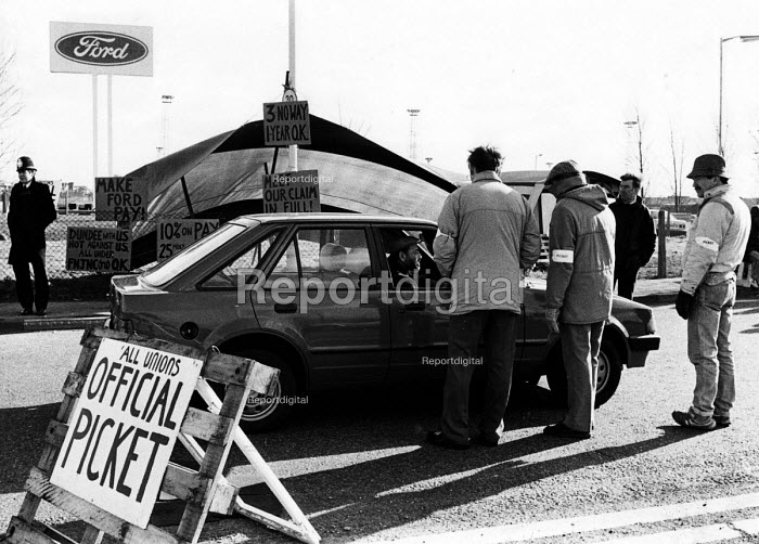 Ford workers from the Dagenham plant trying to persuade their fellow workers not to cross their picket line during an official dispute in support of higher pay at the car production company. - Stefano Cagnoni - 1988-02-08