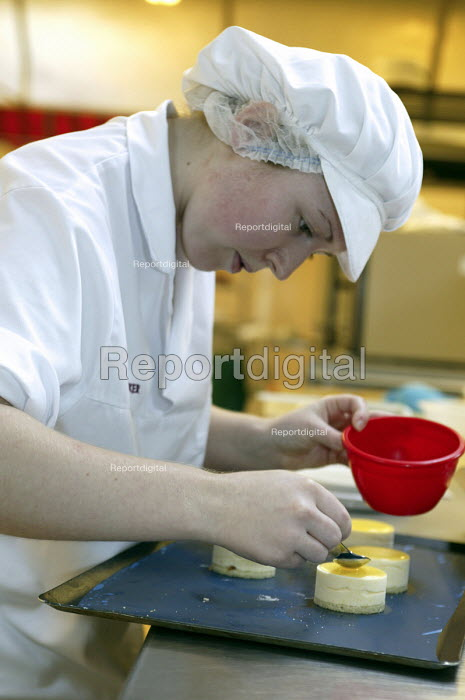 Confectioner, apprentice - seen learning her craft at UK Skills Competition, Derby College - Roy Peters - 2005-01-20