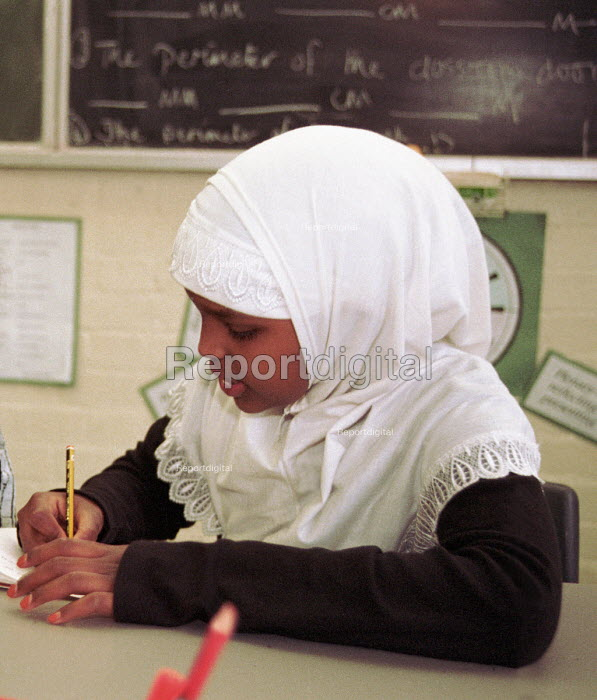 Pupil working on her maths in Year 6 class of north London... - Stefano Cagnoni, S9902S36.JPG