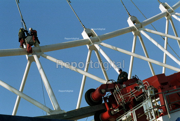 Engineers working on the London Eye Millennium Wheel The... - Stefano Cagnoni, SC00LE08.JPG