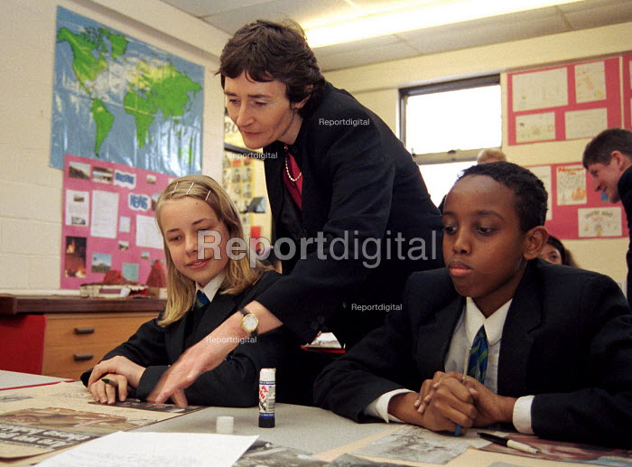 Estelle Morris MP, Minister for Schools, with pupils from... - Stefano Cagnoni, SC00PV03.JPG