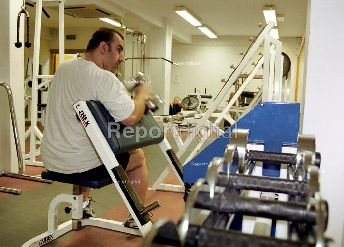 Overweight man taking exercise in a gym - Stefano Cagnoni, SC01EXC8.JPG