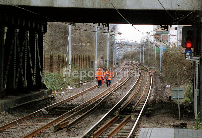 Rail engineers return from repairing tracks - Stefano Cagnoni, SC01RT01.JPG