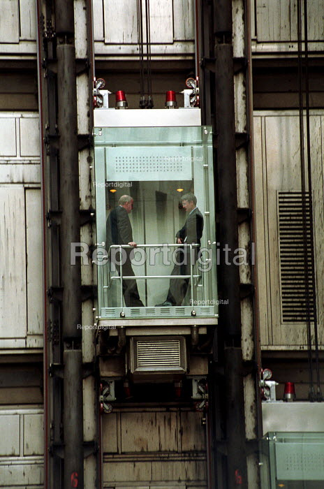 Businessmen rising in the external lift of the Lloyds... - Stefano Cagnoni, SC01SUI9.JPG