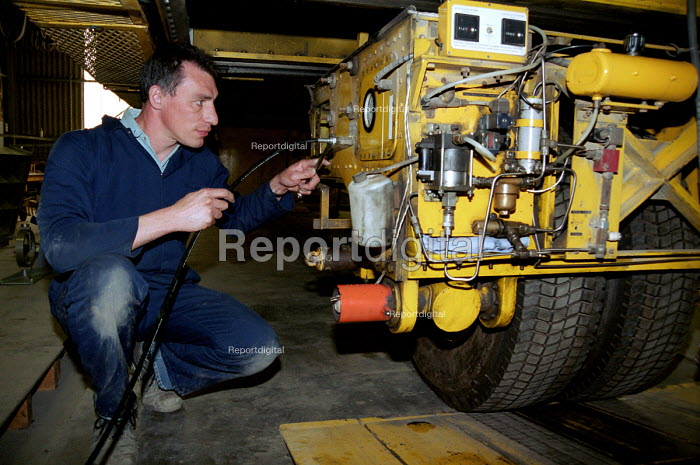 Dave Blackman increasing the air pressure on the equipment... - Stefano Cagnoni, SC01TRL7.JPG