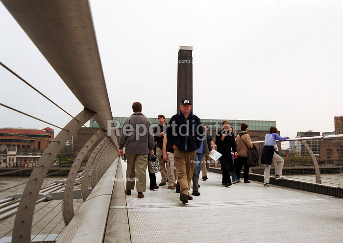 Pedestrians crossing the Millennium Bridge on the River... - Stefano Cagnoni, SC02MBRG.JPG