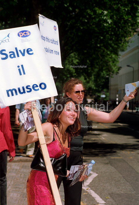 Workers from the British Museum picket the main gate... - Stefano Cagnoni, SC02P2CK.JPG