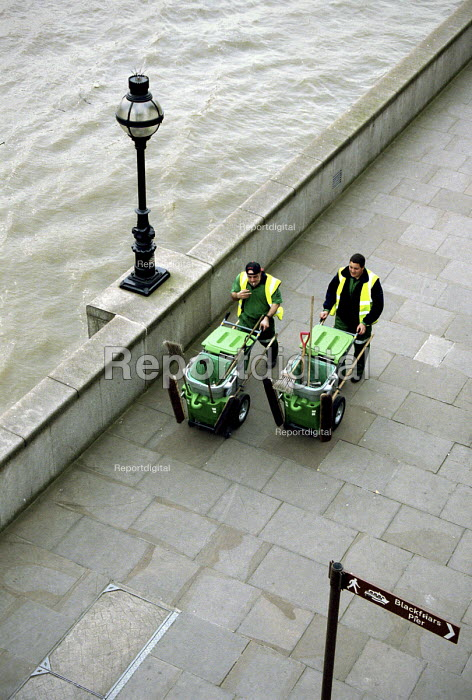 Roadsweepers walking beside the River Thames - Stefano Cagnoni, SC02RSWE.JPG