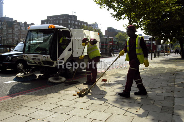Street cleaners working for Onyx contractors, London - Stefano Cagnoni, SC03NYX1.jpg