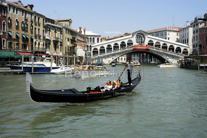 Gondolier at work in front of the Rialto Bridge on the... - Stefano Cagnoni, SC03VCE1.jpg