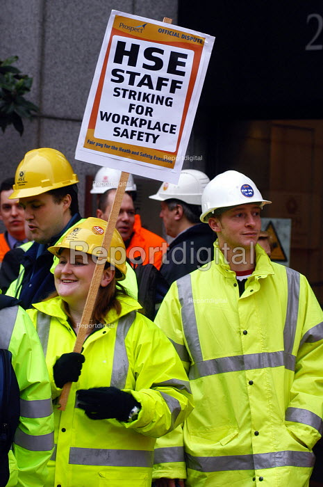 HSE staff on the picket line at Rosecourt, the London... - Stefano Cagnoni, SC040302.jpg