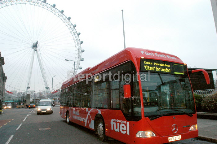 Hydrogen Fuel Cell bus driving through London. The bus has... - Stefano Cagnoni, SC040j22.jpg