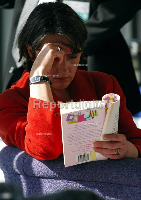 Woman reading The Secret Dreamworld of a Shopaholic by Rebecca Bloomwood - Stefano Cagnoni - 2005-03-17