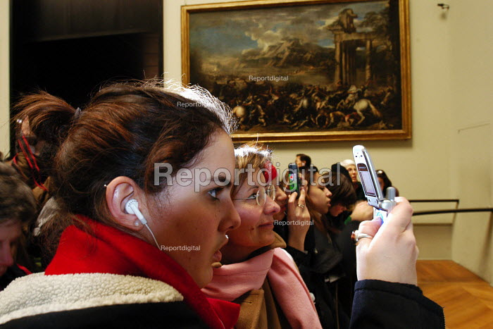 Visitors taking photographs of the Mona Lisa inside the... - Stefano Cagnoni, SC051761.jpg