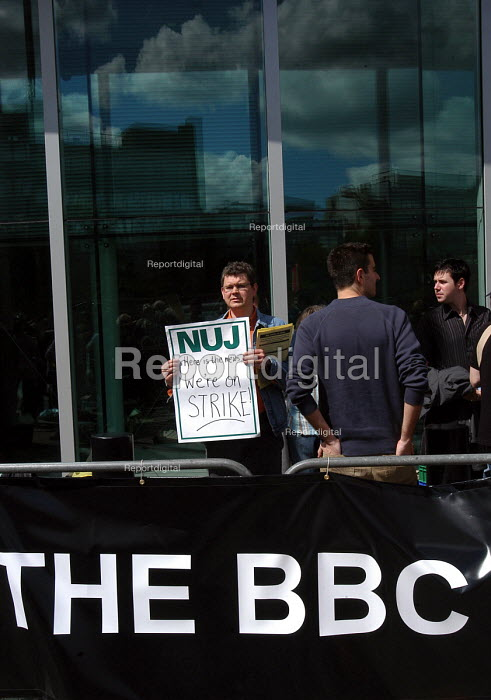 The Nuj/Bectu & Amicus joint unions' picket line at Television Centre in West London on the first day of strike action at the BBC against cuts in jobs and services - Stefano Cagnoni - 2005-05-23