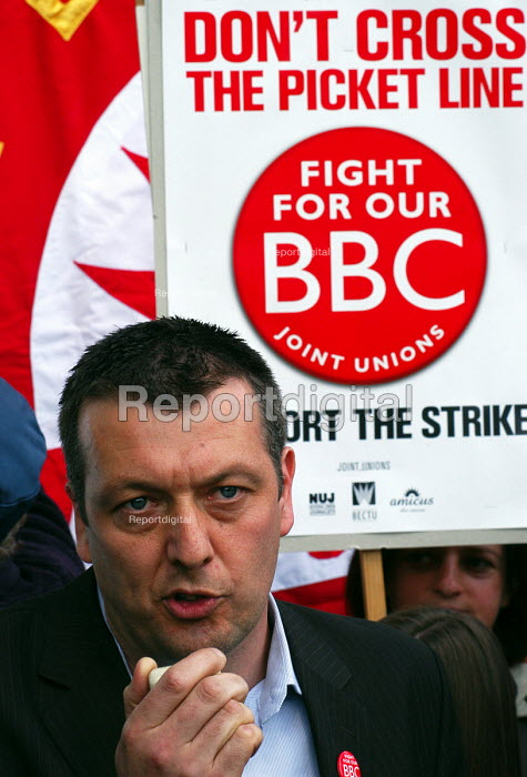 Jeremy Dear, General Secretary of the NUJ speaking at the NUJ Bectu & Amicus joint unions picket line at Television Centre in West London on the first day of strike action at the BBC against cuts in jobs. - Stefano Cagnoni - 2005-05-23