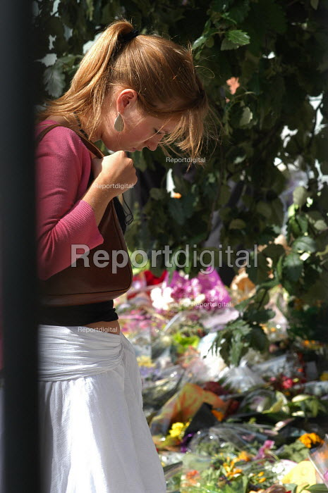 Young woman reads tributes to the victims of the terrorist bombings at a makeshift shrine outside King's Cross Station, one of the sites of the terrorist attacks which caused death and injury to many Londoners - Stefano Cagnoni - 2005-07-12