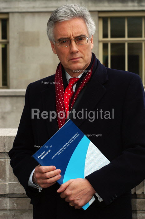 Lord Turner with the Pensions Commission Report on the eve of its official publication - Stefano Cagnoni - 2005-11-29