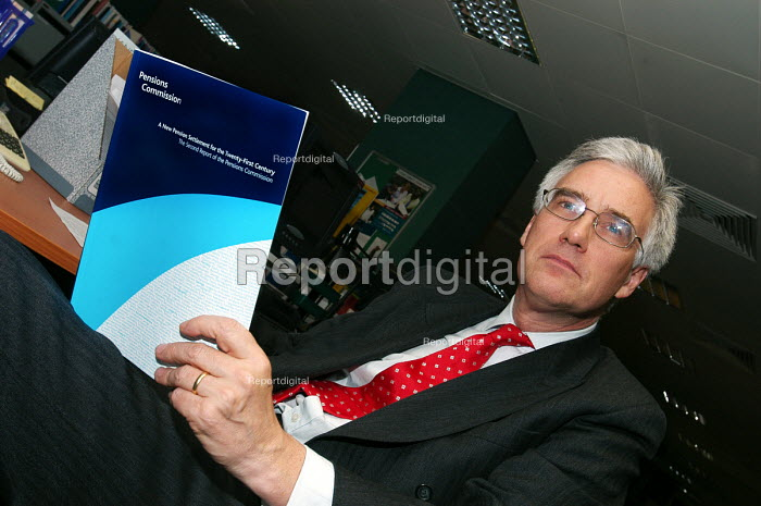 Lord Turner in his office with the Pensions Commission Report on the eve of its official publication - Stefano Cagnoni - 2005-11-29