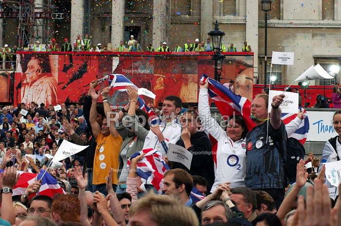 Londoners celebrate in Trafalgar Square watched by construction workers in the background at announcement of the awarding of the 2012 Olympic Games to London by the IOC. - Stefano Cagnoni - 2005-07-06