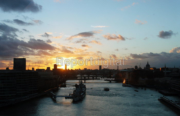 Sunset on the River Thames. - Stefano Cagnoni - 2006-04-02
