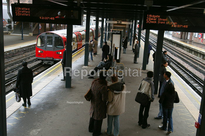Commuters on the platform at Wembley Park tube station - Stefano Cagnoni - 2006-03-27