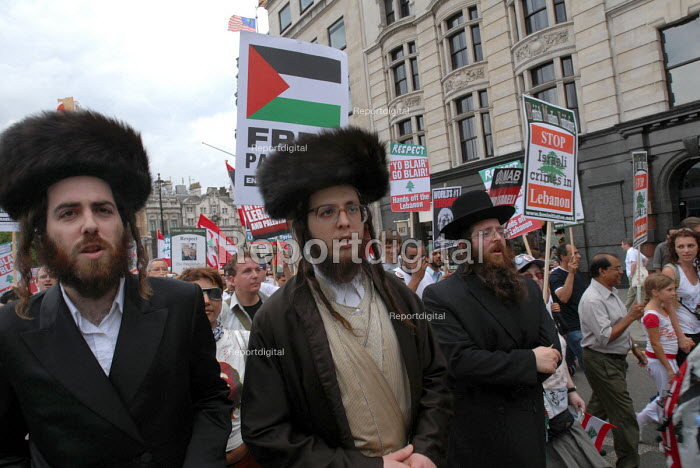 Orthodox Jews join the demonstration called to protest against disproportionate Israeli attacks on Lebanon as a response to the kidnap of 2 Israeli soldiers by Hezbollah - Stefano Cagnoni - 2006-07-22