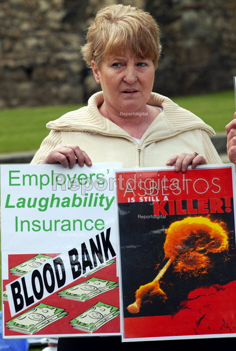 Thousands of widows will not receive full compensation for their husbands' deaths from asbestos related cancer, Law Lords have ruled. Outside the House of Lords wives,family and friends protest at this judgement. - Stefano Cagnoni - 2006-05-03