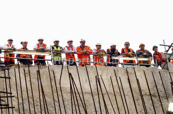 Construction workers watching tunnelling on a building site from a safe distance - Stefano Cagnoni - 2007-07-23