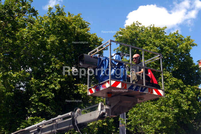 TV video camera operative positioned on a crane at work during the 2007 Tour de France stage in London - Stefano Cagnoni - 2007-07-09