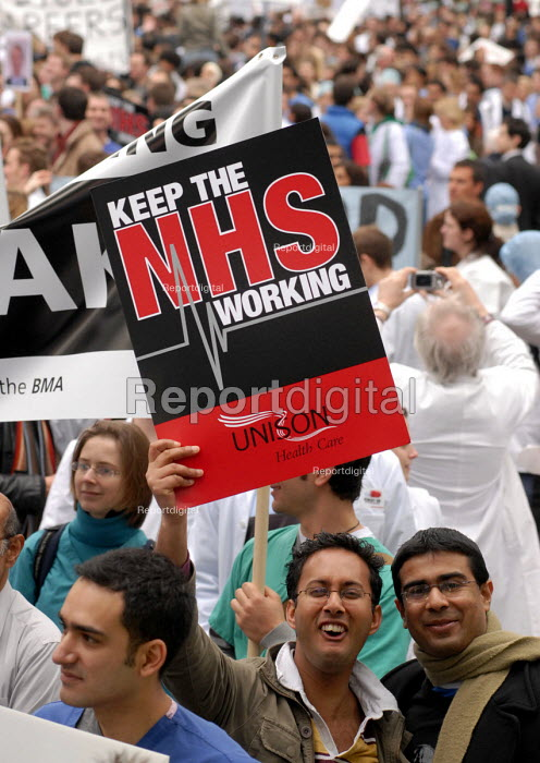 Doctors & NHS staff march through London to protest against reforms to their medical training which they claim will result in thousands of doctors being trained with no job to await them. - Stefano Cagnoni - 2007-03-17