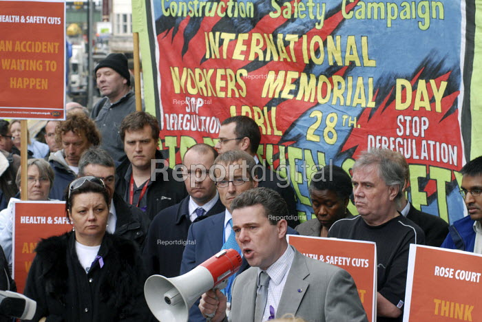 Mark Serwotka, General Secretary of PCS, addresses a rally outside Rosecourt, the HSE headquarters in London, to mark International Workers Memorial Day for victims of industrial injury - Stefano Cagnoni - 2008-04-28