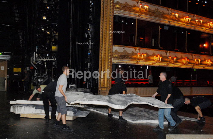 Stage hands changing the set on the Main stage at the Covent Garden Royal Opera House in preparation for the evening's performance - Stefano Cagnoni - 2008-06-23