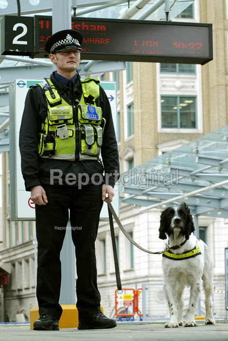 Dog handler with the Metropolitan Police Search Dog Section on duty at a Docklands Light Railway station - Stefano Cagnoni - 2008-03-12