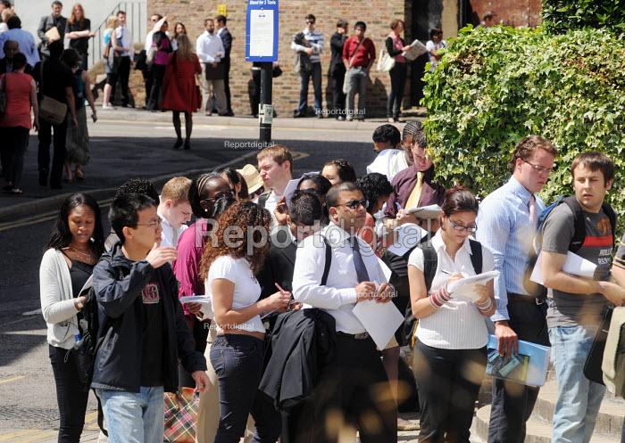 Graduates who have just left University queueing for the London Graduate Fair in London where they are seeking employment. - Stefano Cagnoni - 2009-06-16