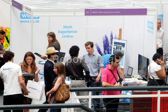 Graduates who have just left University at the London Graduate Fair in London where they are seeking employment. - Stefano Cagnoni - 2009-06-16