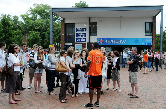 Parents & prospective students at a campus open day at the University of Southampton, being shown around by a student at the university acting as a tour guide - Stefano Cagnoni - 2009-07-03