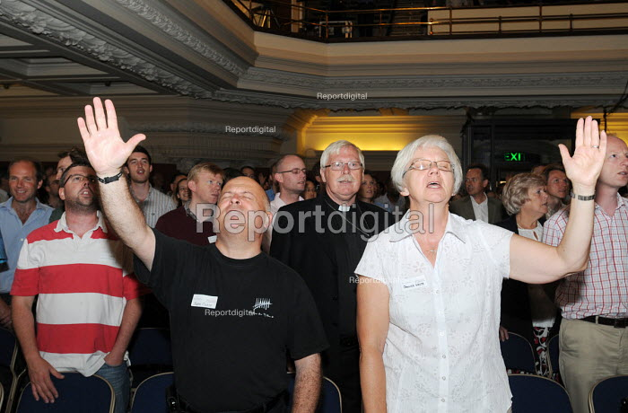Launch of the Fellowship of Confessing Anglicans, a UK movement opposing liberalism in the Church of England; particularly its stance on the blessing of same-sex unions, the ordination of women and homosexuals as priests. The Supporters sing hymns at the launch in Westminster Central Hall - Stefano Cagnoni - 2009-07-06