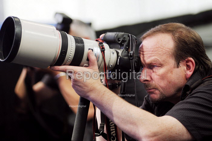 Press photographer, John Harris of Reportdigital.co.uk focuses his Canon telephoto lens on a speaker at the 2009 TUC in Liverpool. - Stefano Cagnoni - 2009-09-15