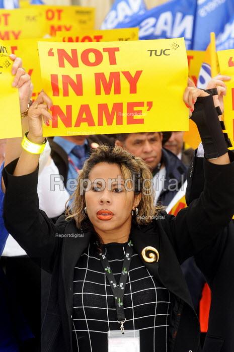 Delegates at the 2009 TUC as stage a silent vigil against racism & fascism - Stefano Cagnoni - 2009-09-14