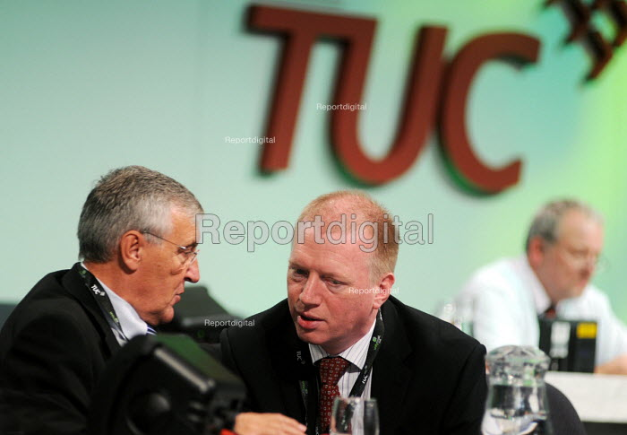 Tony Woodley of UNITE talking with Matt Wrack of the FBU at the 2009 TUC in Liverpool - Stefano Cagnoni - 2009-09-15