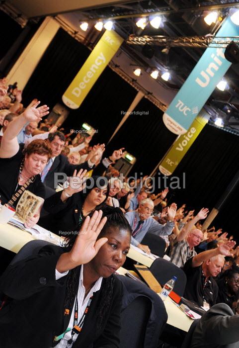 Delegates voting at the 2009 TUC in Liverpool - Stefano Cagnoni - 2009-09-16