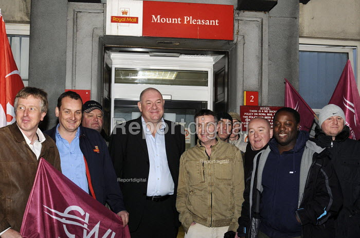 Dave Ward, Deputy General Secretary of the CWU, joins his members in buoyant mood, on an early morning picket line at Mount Pleasant sorting office in London on the first day of a two day national strike by CWU members in Royal Mail - Stefano Cagnoni - 2009-10-22