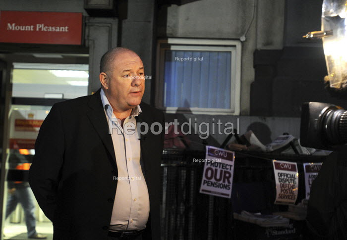 Dave Ward of the CWU, gives a live interview to brekfast news television on an early morning picket line at Mount Pleasant sorting office in London on the first day of a two day national strike by CWU members in Royal Mail - Stefano Cagnoni - 2009-10-22