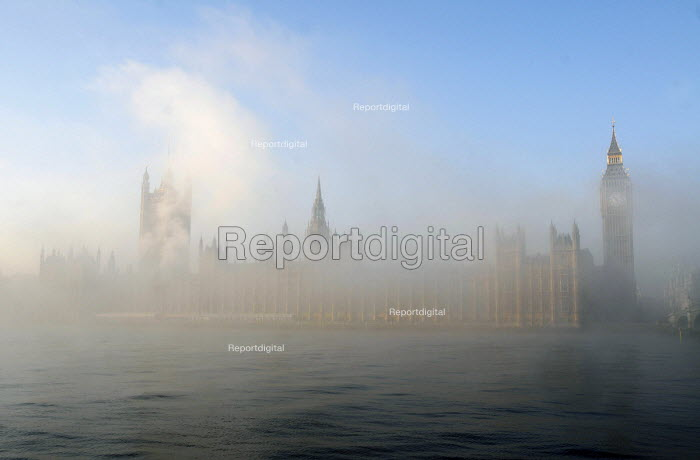 The Houses of Parliament and the river Thames shrouded in early morning mist - Stefano Cagnoni - 2010-11-16
