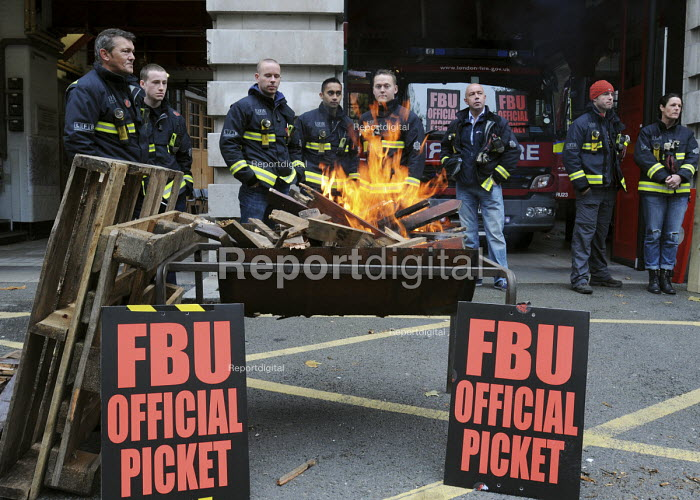 Firefighters on the picket line at Farringdon Fire Station, on the second of their one day strikes against the threat of compulsory sacking for refusing to accept changes in their working conditions imposed on them by the LFB. - Stefano Cagnoni - 2010-11-01