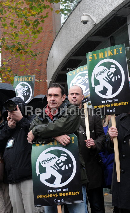 Paul Mason, economics editor on the flagship BBC programme, Newsnight, joins fellow NUJ members on the picket line at Television Centre, on the first day of a 48 hour strike by BBC workers in defence of their staff pensions - Stefano Cagnoni - 2010-11-05