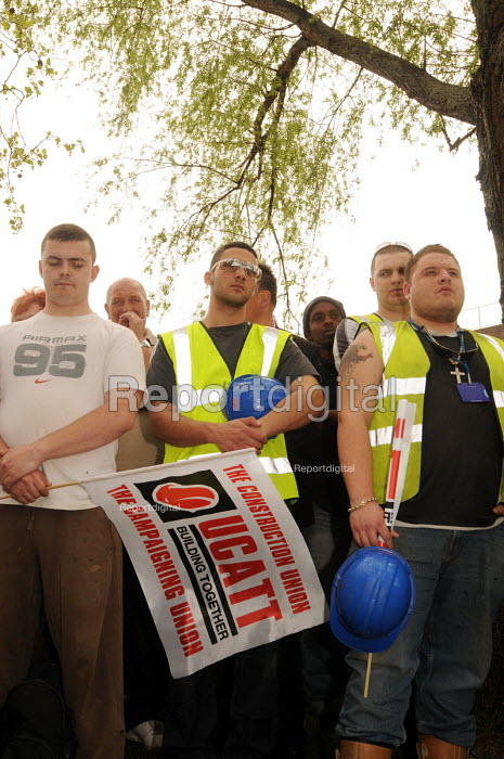 Construction workers hold a minutes silence in memory of Shaun Curry, Henry Sheridan & other victims of industrial accidents at work, at an International Workers' Memorial Day rally in Stratford in support of health and safety for workers in the construction industry and elsewhere. - Stefano Cagnoni - 2010-04-28