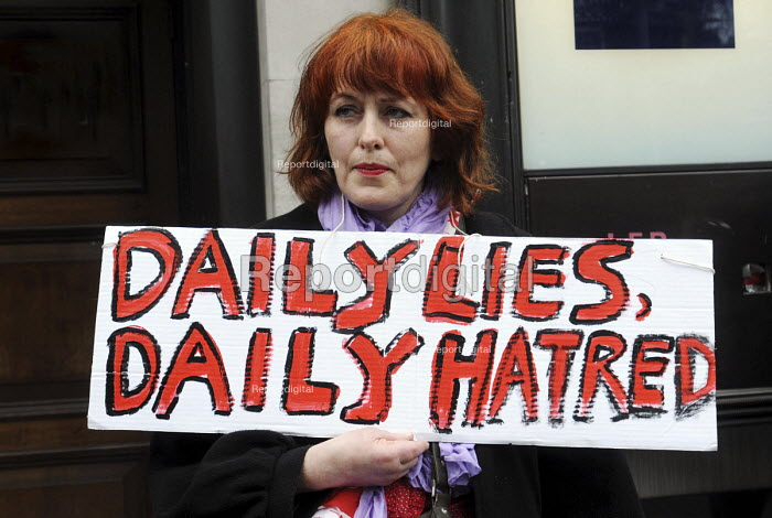 Day of action against welfare cuts: protest outside the Daily Mail offices by campaigners angered at the newspaper's negative and slanted media coverage of welfare benefit claimants. Daily Lies, Daily Hatred - Stefano Cagnoni - 2011-04-17